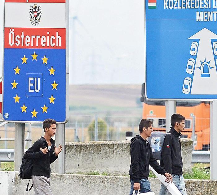 Migranti: gioia arrivo in Austria,accolti con cibo e bevande