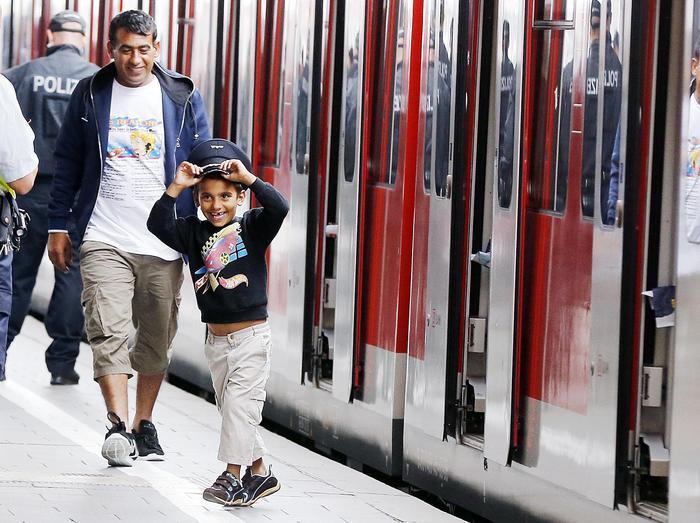 A Monaco tedeschi con abiti e giocattoli per migranti