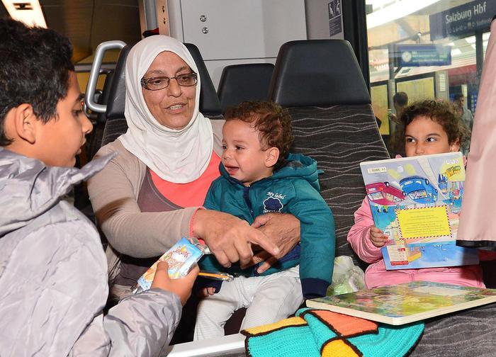 Migranti: treno con oltre 500 migranti arrivato a Monaco