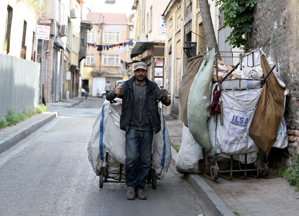 Nadir Ibrahim, 44-vjeçari që i flet pesë gjuhë, i cili iku nga Siria për t'u strehuar në Turqi, vazhdon të mbijetojë duke mbledhur letra pasi mashtruesit i vodhën një sasi të madhe të parave. ( İslam Yakut - Anadolu Agency )